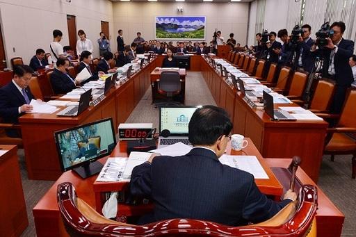 27일 국회 외교통일위원회 국정감사가 새누리당 의원들이 불참한 가운데 개의했다.