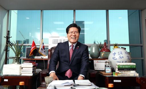송석준 의원이 의원회관에서 국회뉴스ON과 인터뷰를 진행하고 있는 모습(사진=김진원 촬영관)